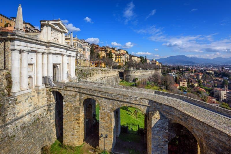 Porte de Porta San Giacomo, vieille ville Bergame, Italie photographie stock