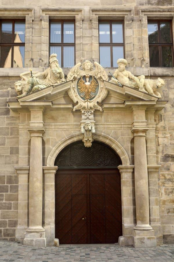 Porte de portique des vieux bâtiments d'Altes Rathaus d'hôtel de ville 1616-1622) (à Nuremberg photographie stock
