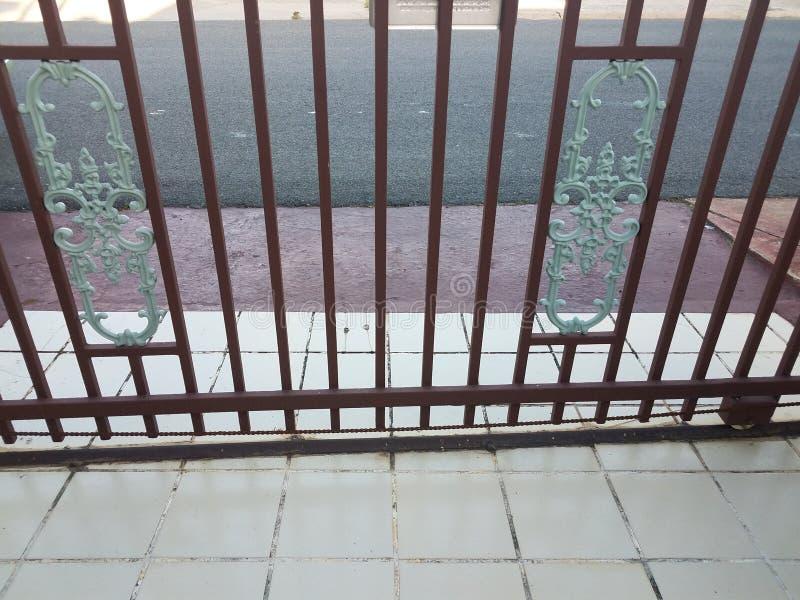 Porte de sécurité dans l'allée à Puerto Rico avec les tuiles et la route image stock