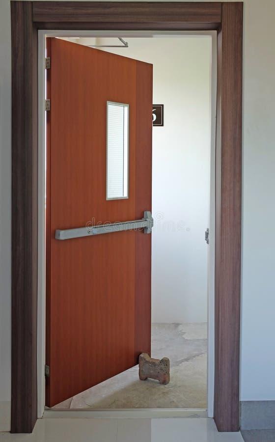 Porte de sortie de secours ouverte image libre de droits
