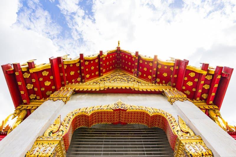 Porte de temple et sculpture thaïlandaises en toit photo stock
