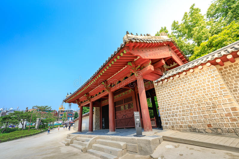 Porte de tombeau de Jongmyo à l'été le 17 juin 2017 à Séoul, Corée image stock