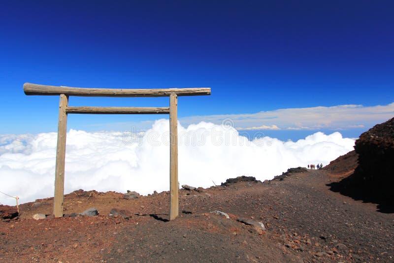 Porte de Torii à la traînée s'élevante de Fuji de montagne photographie stock libre de droits
