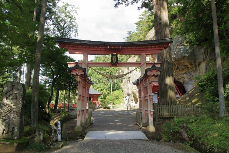 Porte de Torii au hall de Bisyamon de caverne de Takkou, Hiraizumi photos libres de droits