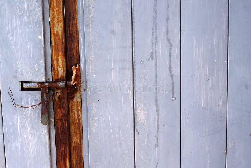 Porte de verrou et en bois de vintage photographie stock libre de droits