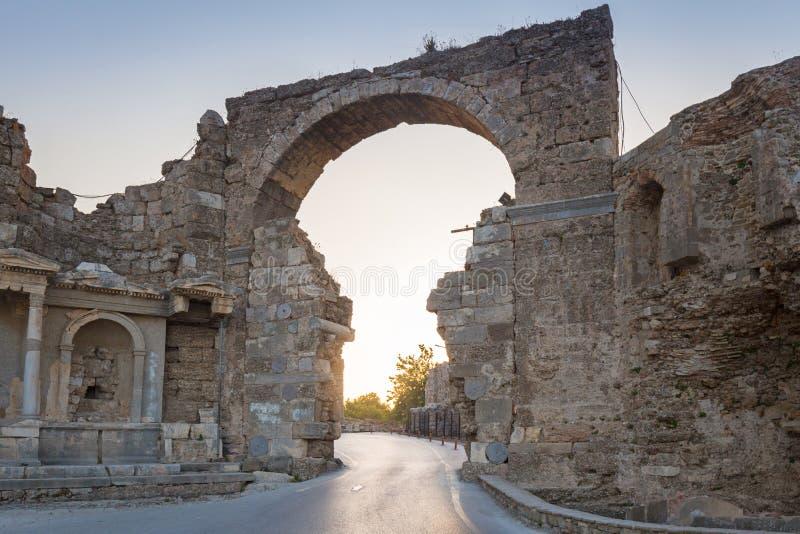Porte de Vespasian ? la ville antique du c?t?, Turquie photo stock