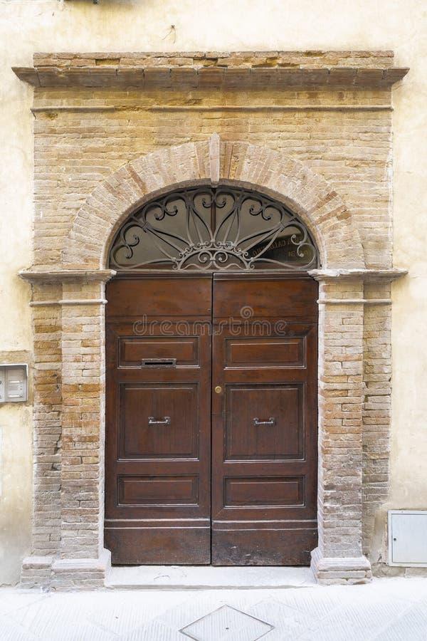 Porte de vintage en Italie photographie stock libre de droits
