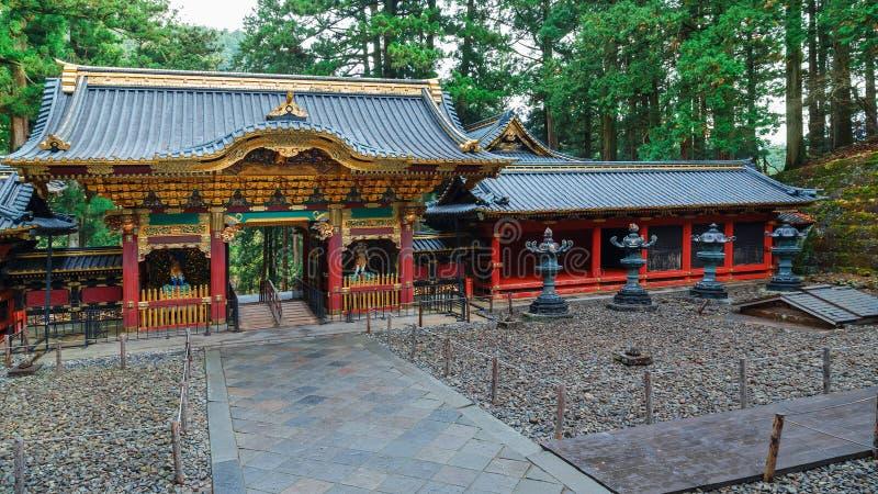 Porte de Yashamon au tombeau de Taiyuinbyo à Nikko, Japon photographie stock