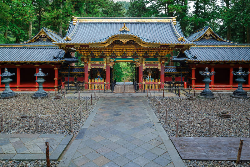 Porte de Yashamon au tombeau de Taiyuinbyo à Nikko, Japon image stock