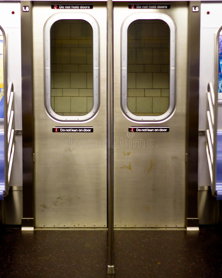 Porte del metropolitana di new york dall'interno di un'automobile immagini stock libere da diritti