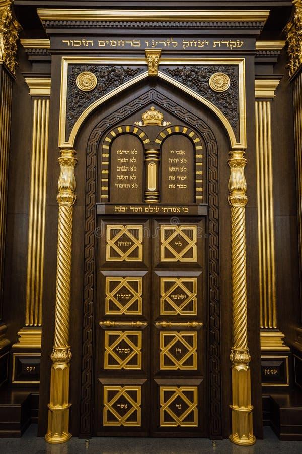 Porte dell'arca da legno scolpito che tiene i rotoli di Torah nella sinagoga di Voronež fotografie stock