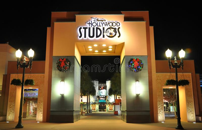 Porte des studios de Disney Hollywood la nuit images libres de droits
