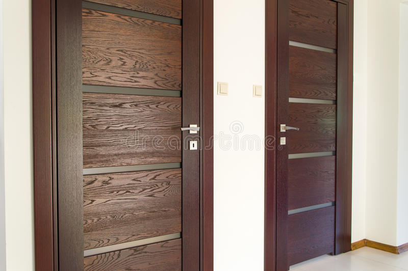 Porte deux en bois brune images libres de droits
