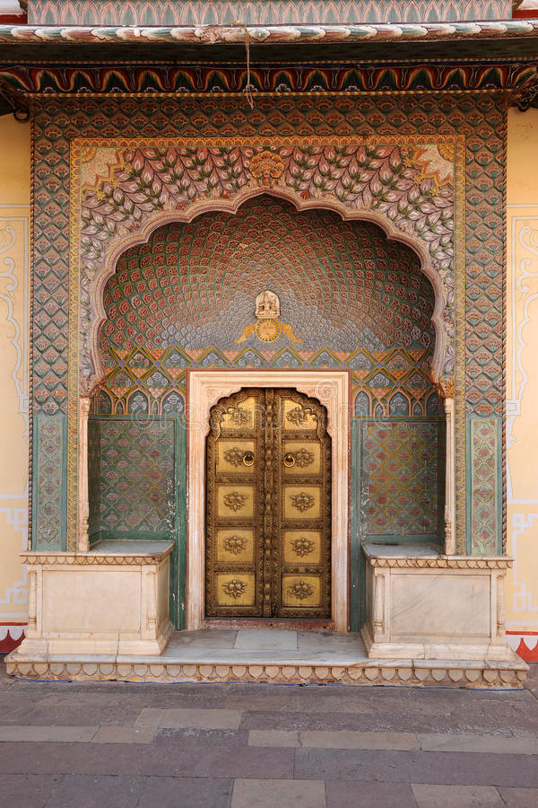 Porte di entrata decorate al palazzo della città, Jaipur, India fotografie stock