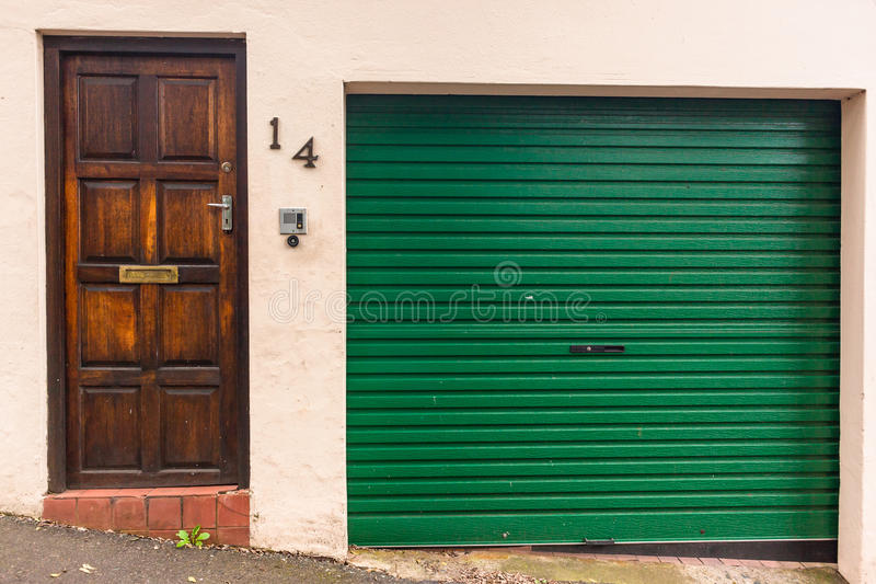 Porte di entrata del garage fotografie stock