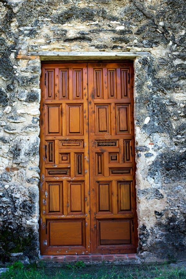 Porte di legno decorate di missione immagine stock libera da diritti