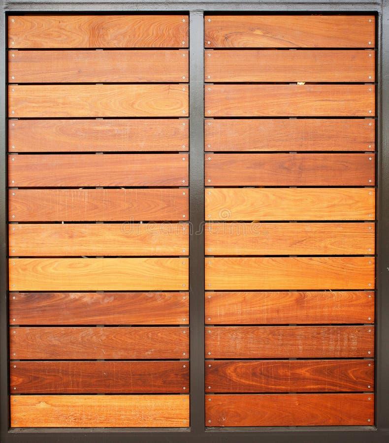 Porte di legno del garage verticali immagine stock