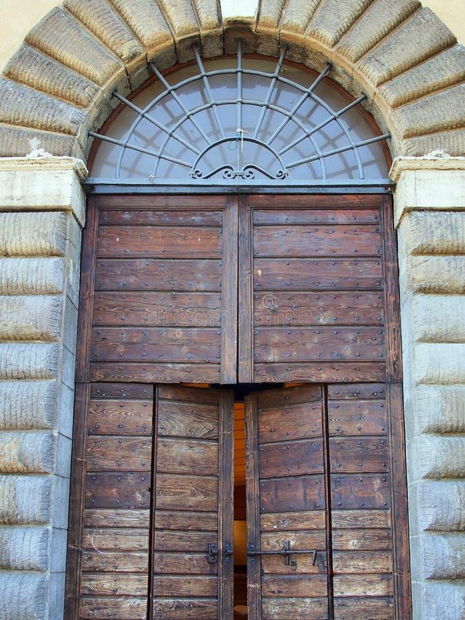 Porte di legno pesanti, Santa Maria Maggiore, Tivoli, Italia immagine stock libera da diritti