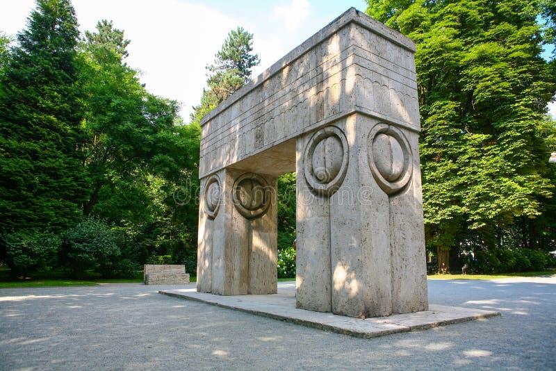 Download Porte du baiser, Targu Jiu image stock. Image du past - 76082205