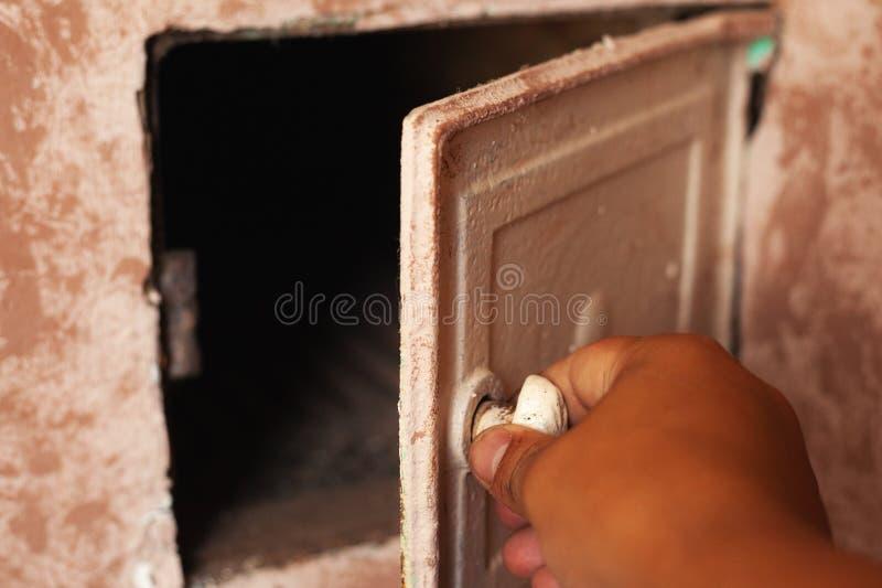 Porte du fourneau pour chauffer la maison avec du bois dans la campagne image stock