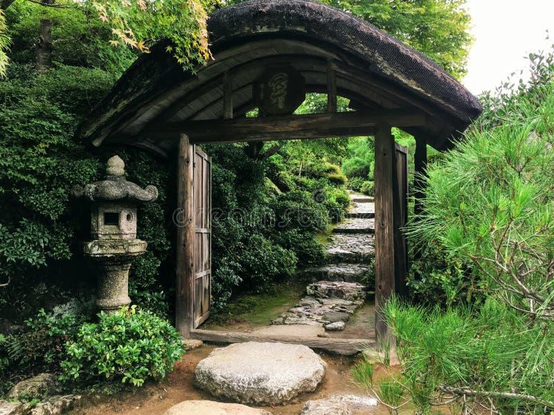 Porte du jardin japonais image libre de droits