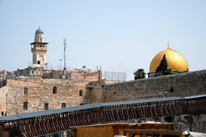 Porte du Maghreb et le dôme de mosquée sur la roche images stock
