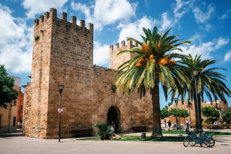 Porte du mur de forteresse de la ville historique d'Alcudia, Majorque image libre de droits