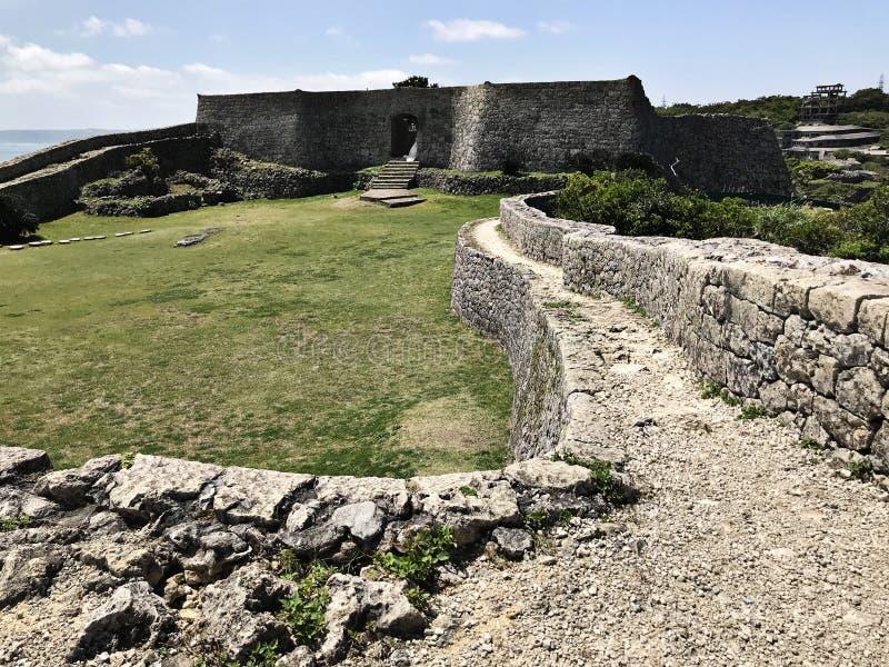 Porte du mur en pierre au site de Nakagusuku-jo au Japon photo stock