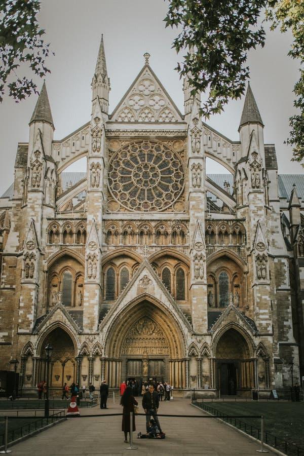 Porte du nord d'Abbaye de Westminster, avec le touriste marchant autour de prêt à le visiter, à Londres, le R-U photo libre de droits