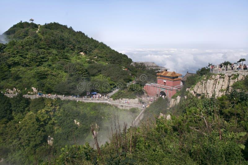Porte du sud au ciel sur le sommet de Tai Shan, Chine photographie stock libre de droits