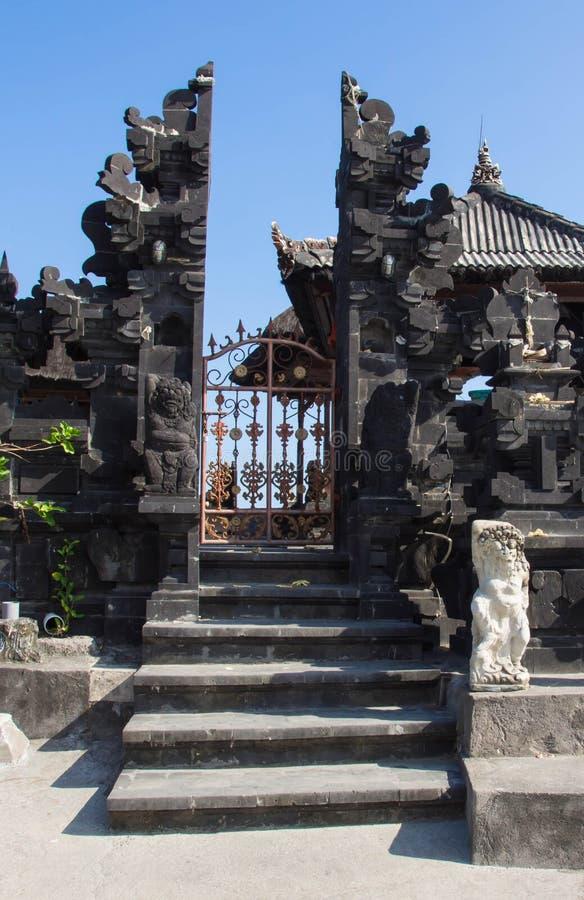 Porte du temple antique et de l'étape à elle photographie stock