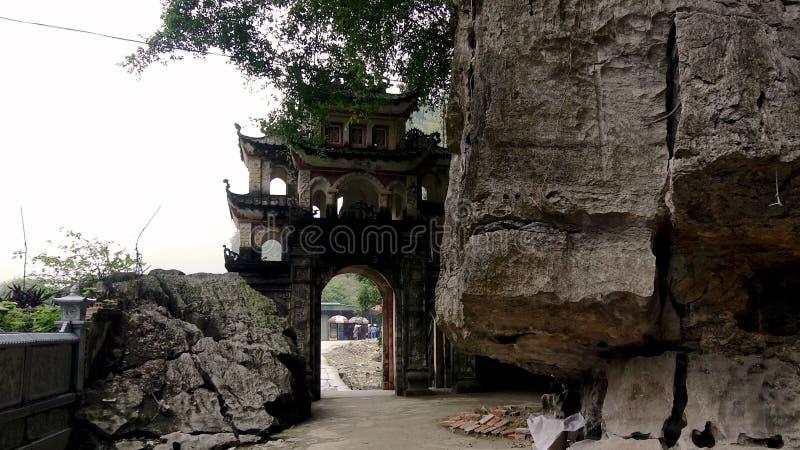 Porte du temple près de la falaise photos stock