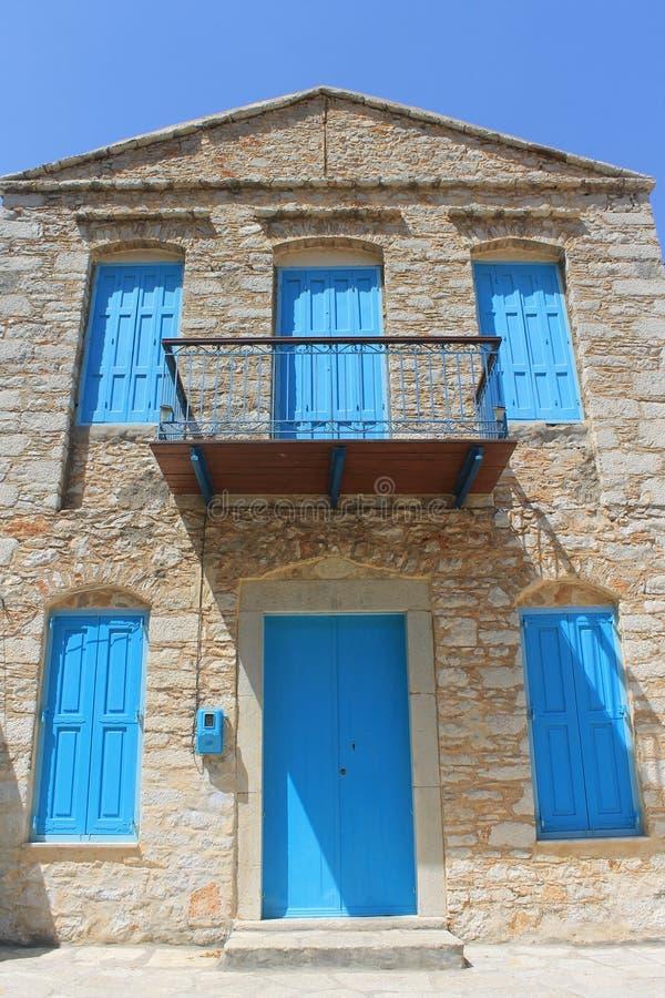 Porte e finestre greche blu tradizionali immagini stock libere da diritti