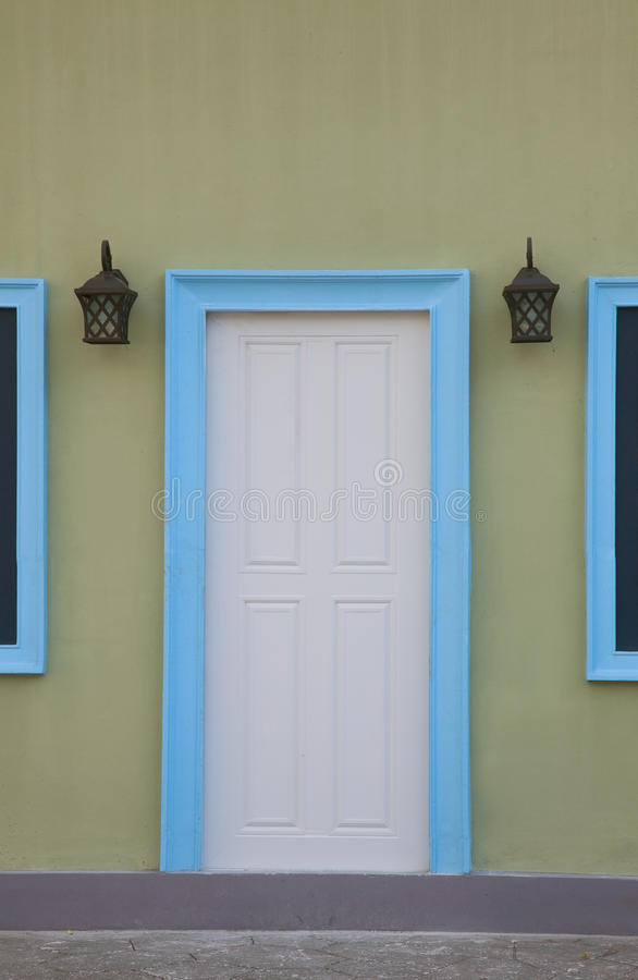 Porte e strutture di porta bianche in blu fotografia stock