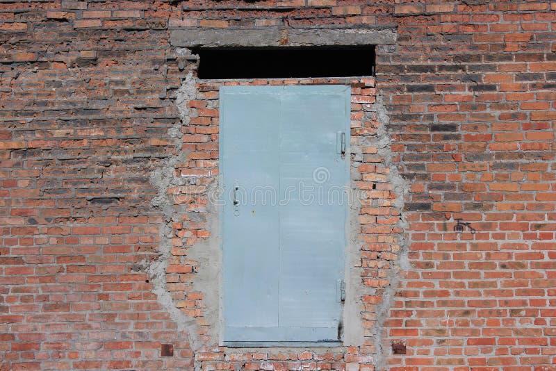 Porte en acier dans le mur de briques image libre de droits