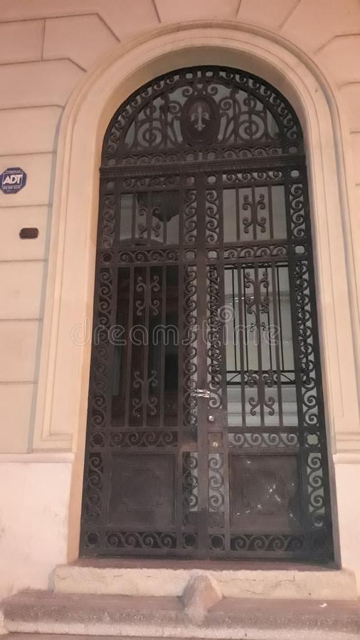 Porte en acier forgée au bâtiment photo stock