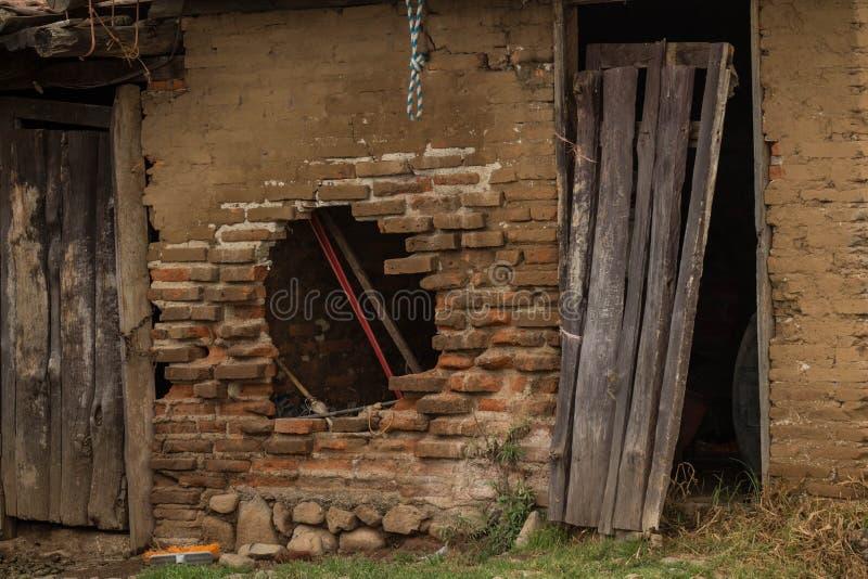 Porte en bois abandonnée photographie stock libre de droits
