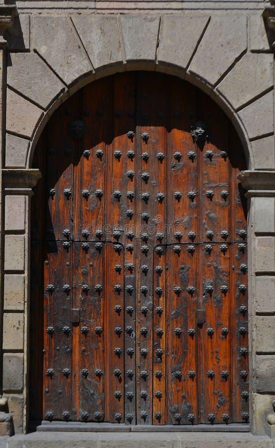 Porte en bois au centre ville de la ville Mexique de Guadalajara photos stock