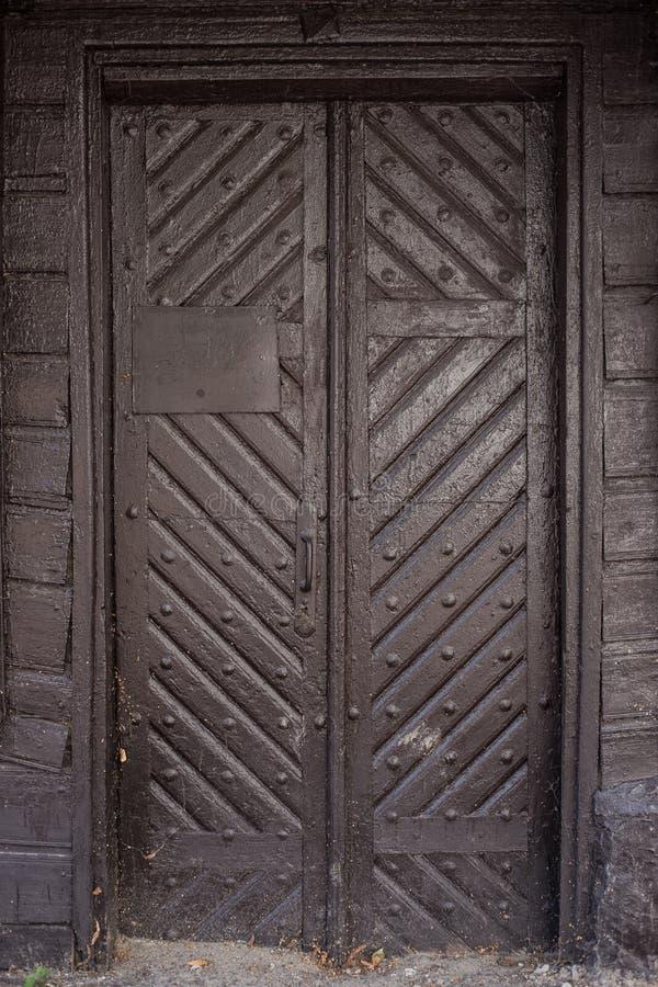 Porte en bois avec le sabot antique photographie stock