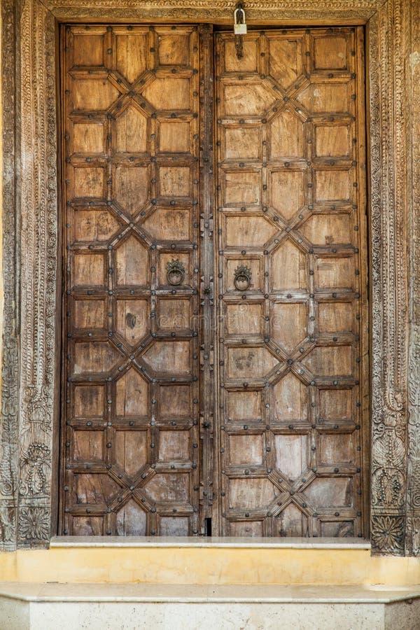 Porte en bois avec le sabot floral antique Technique de découpage en bois photographie stock