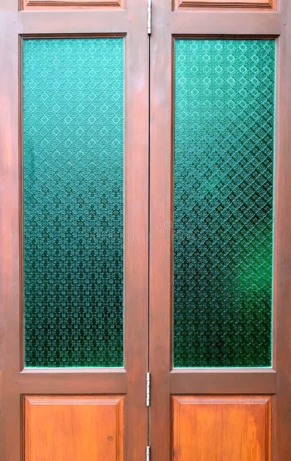 Porte en bois avec le verre thaïlandais de culture dans le style classique images stock