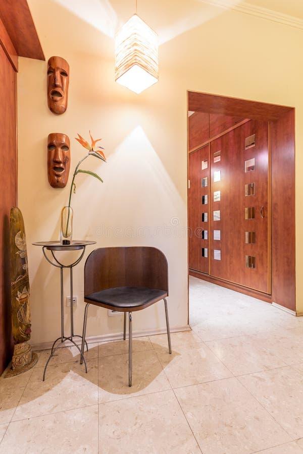 Porte en bois avec les décorations africaines de style images stock