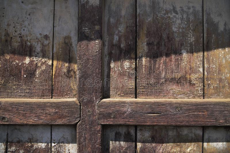 Porte en bois avec les lignes croisées photographie stock libre de droits