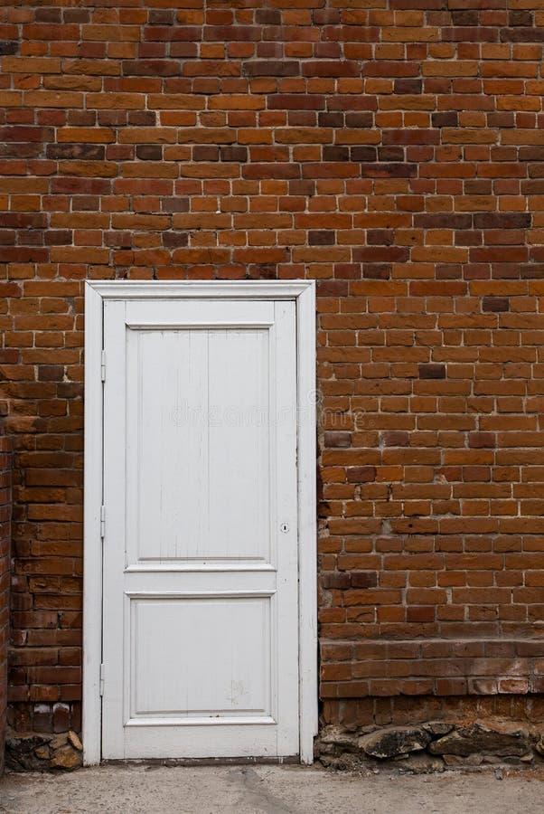 porte en bois blanche sur un vieux mur de briques image stock image du brun vieux 40321851. Black Bedroom Furniture Sets. Home Design Ideas