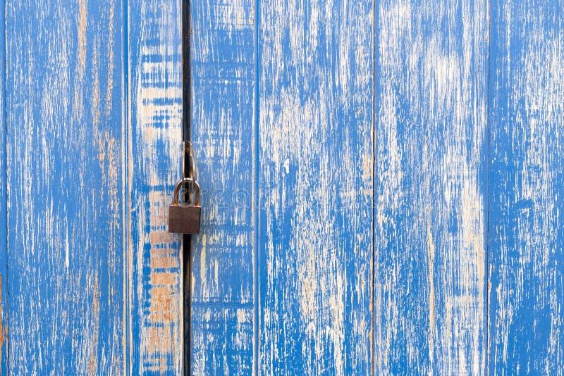 porte en bois bleue clé machine et vieille pour la serrure Padlocked sur l'OE bleu photos libres de droits