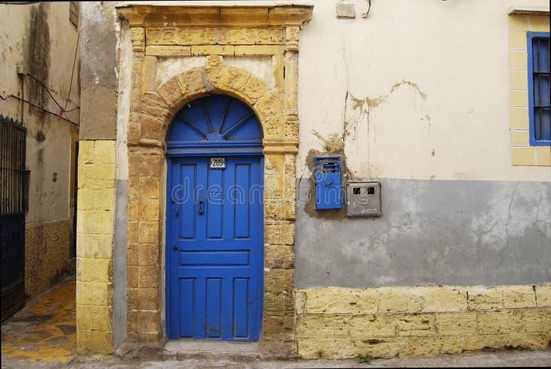 Porte en bois bleue sur la rue de la Médina image libre de droits