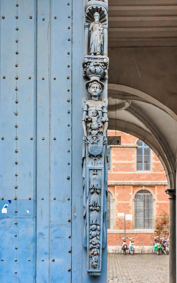 Porte en bois découpée médiévale fleurie photographie stock
