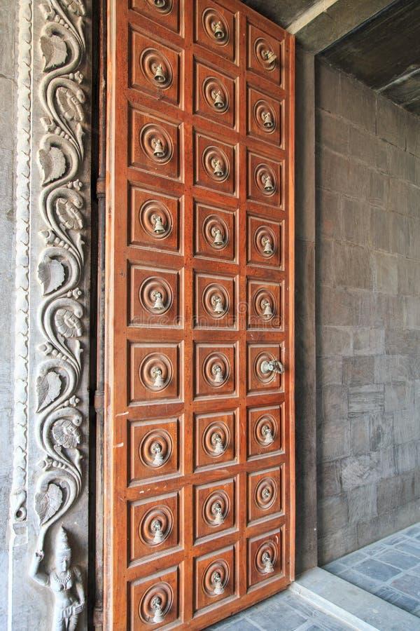 Porte en bois détaillée avec des cloches - Kovil sur l'île de kayts - Jaffna - Sri Lanka image libre de droits