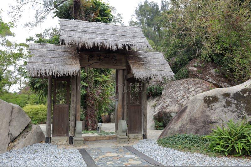 Porte en bois d'herbe traditionnelle chinoise dans le jardin botanique de wanshi, adobe RVB photographie stock