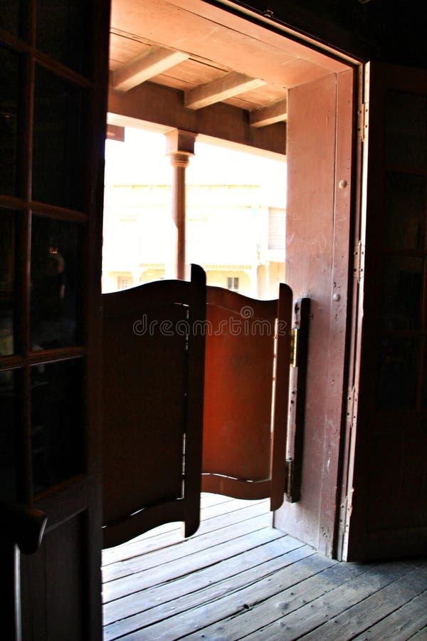Porte en bois d'une salle loin occidentale image stock